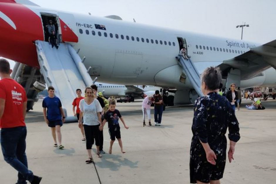 一澳航客机突发故障 舱内烟雾弥漫被迫返航