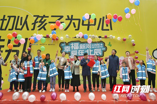 """为爱""""打卡""""! 300组家庭公益徒步为山区孩子捐赠素养课程"""