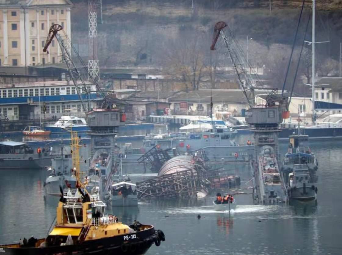 祸不单行,俄航母失火后又发生潜艇侧翻事故