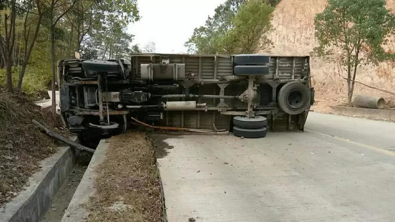 """丰顺这里发生交通事故,一货车侧翻""""倒""""下了!"""