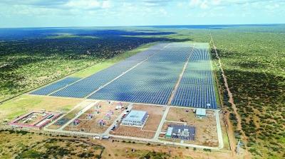 12月13日拍摄的肯尼亚加里萨50兆瓦光伏发电站。 新华社记者 谢晗摄