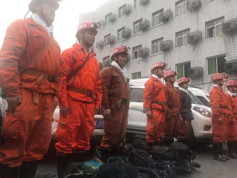 12月15日,预备进场救援的国家矿山救援芙蓉队员。 新京报记者 王昱倩 摄