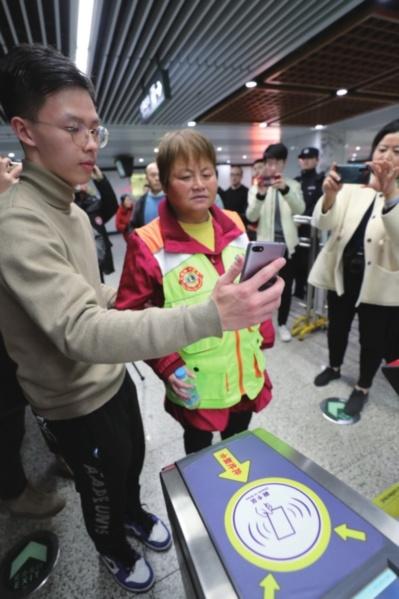 """苏e行""""爱心码""""明年3月上线 残疾人坐地铁马上就能扫脸进站了"""