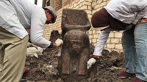 """考古学家在埃及发现拉美西斯二世""""罕见""""半身像"""