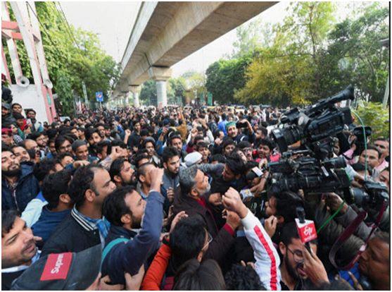 在国立伊斯兰大学内,印度示威者抗议 《公民身份法》 修正案(图源:印度PTI通讯社)