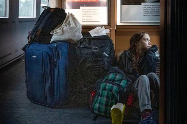 瑞典气候少女带着行李坐地上摆拍之后,坐进了头等车厢