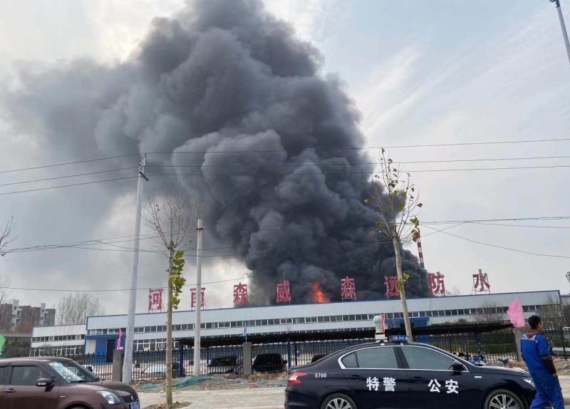 新乡卫滨一公司起火 火已被扑灭无人员伤亡