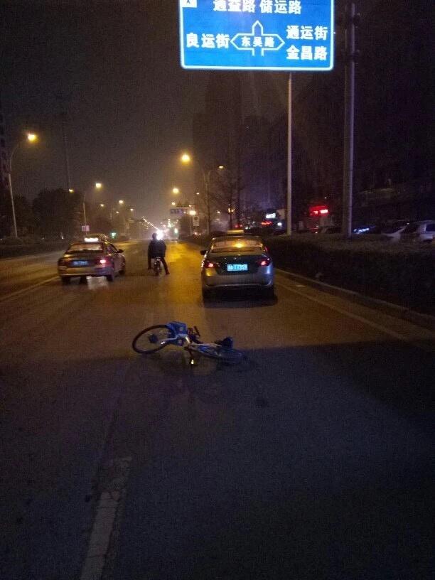 杭州醉酒男子用共享单车砸出租车 已被警方拘留