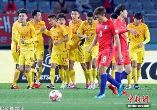 资料图:在上届东亚杯中,国足曾在6名U23小将首发的情况下2:2战平韩国。图为韦世豪率先为中国队得分,队友上前庆祝。