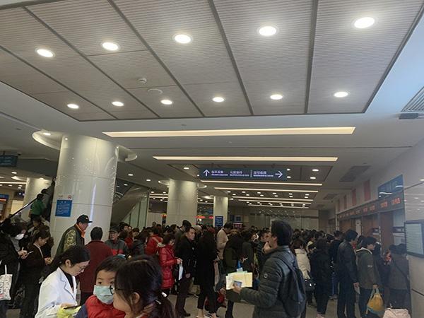 [上海进入流感高发季儿科门诊排长队,专家:还没到流感高峰期]