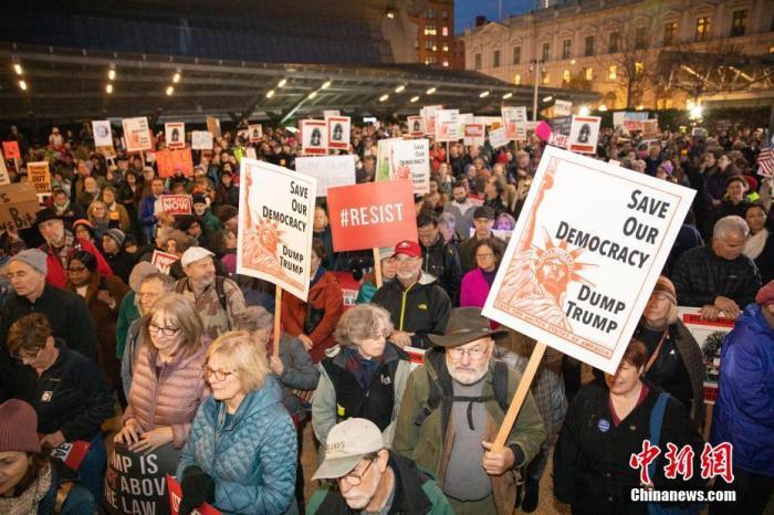 当地时间12月17日,两千多人在美国旧金山市中心集会,支持弹劾总统特朗普。 中新社记者 刘关关 摄