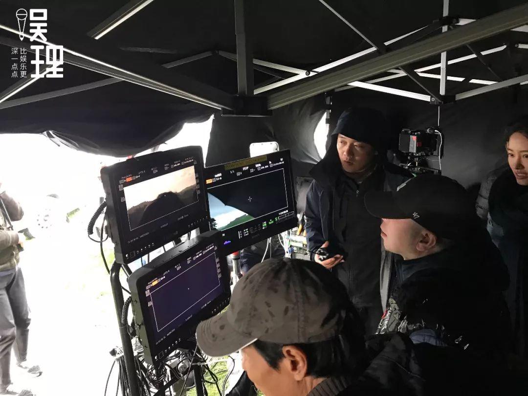 《只有蕓知道》新西蘭片場,馮小剛在監視器前(攝影:楊晉亞)