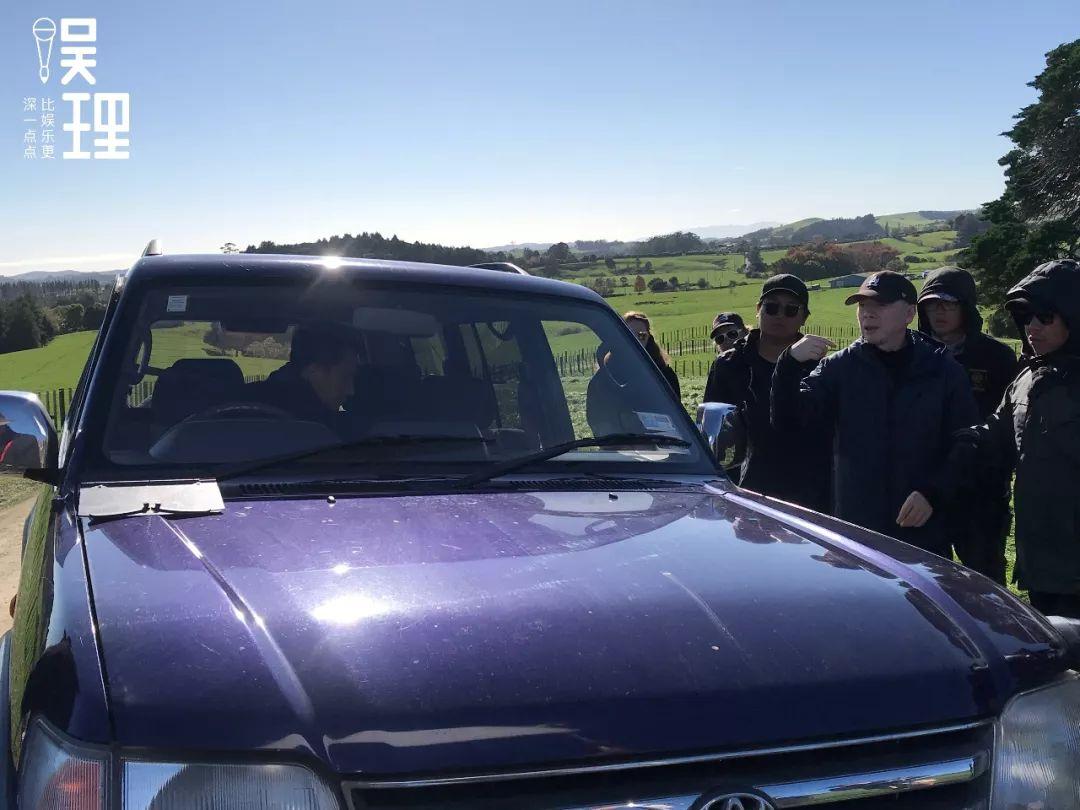 《只有蕓知道》新西蘭片場,馮小剛正在講戲(攝影:楊晉亞)