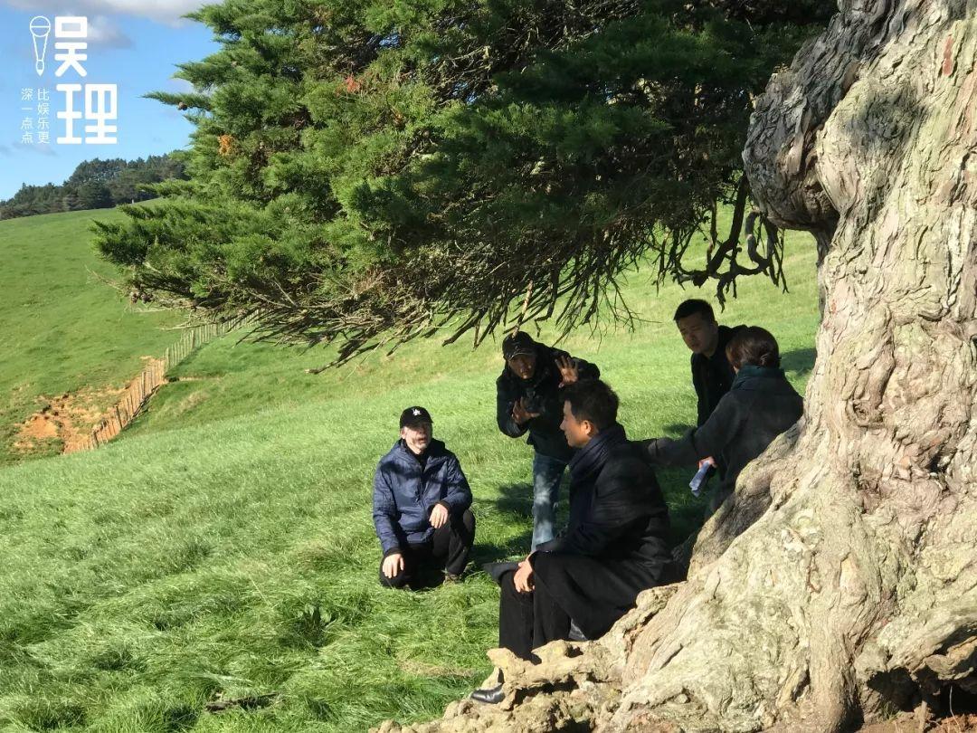《只有蕓知道》新西蘭片場,馮小剛與趙小丁討論鏡頭調度(攝影:楊晉亞)