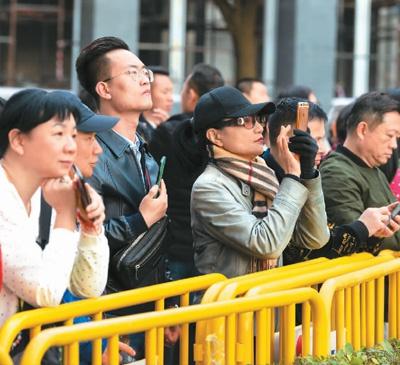 数百名澳门市民和内地游客前来观礼。