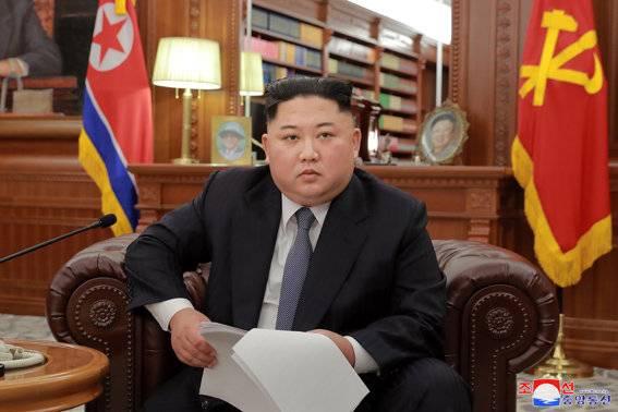 今年1月1日,朝鲜最高领导人金正恩身着西装在劳动党中央委员会大楼办公室发表新年致辞。