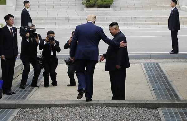 """今年6月30日,朝美领导人在板门店举行会晤,金正恩临时起意邀请特朗普跨过""""三八线"""",特朗普则愉快地接受邀请成为首位踏上朝鲜土地的美国在任总统。"""