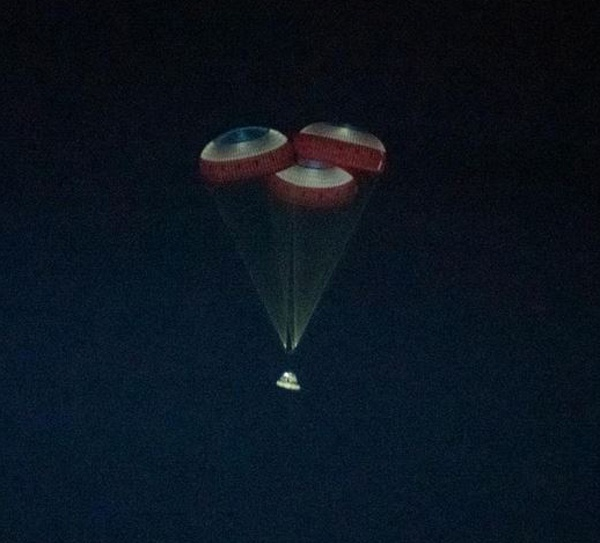 """被拍摄到的空中打开三个降落伞的""""星际客机""""太空舱 图自 NASA官方网站"""