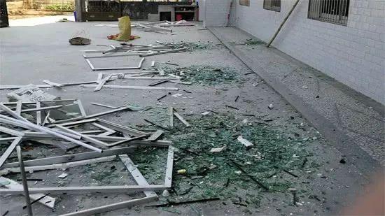 爆炸震碎周边民房玻璃,图片来自海报新闻