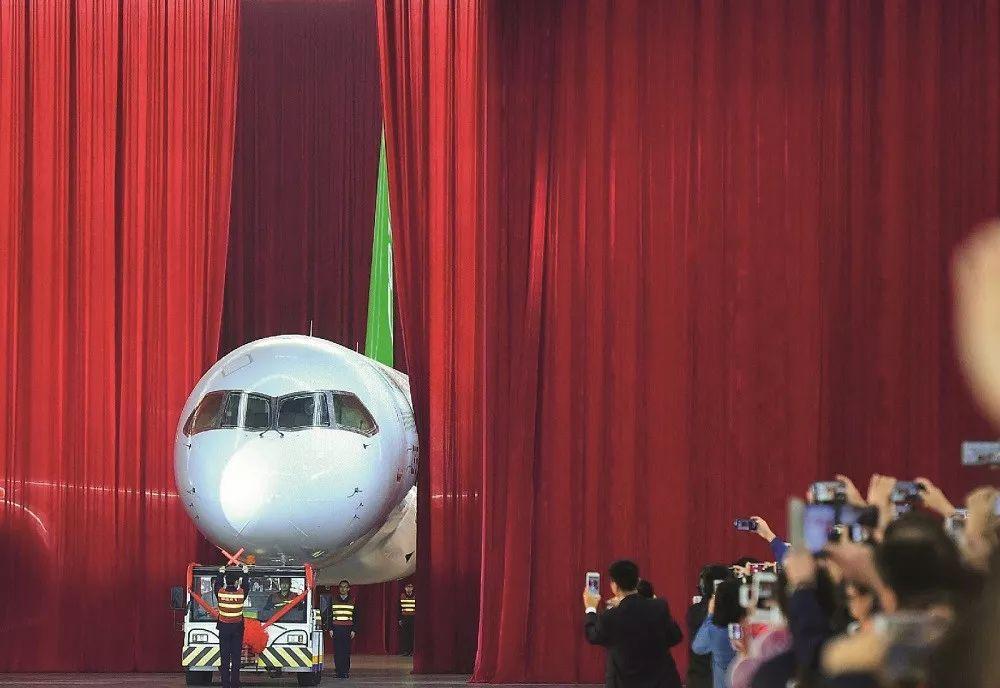2015年11月2日,在中国商飞公司总装制造中心浦东基地厂房内,中国自主研制的C919大型客机首架机正式下线。图/ 新华
