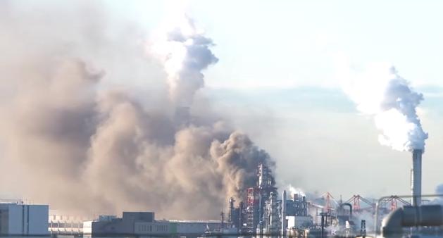 东京羽田机场附近一家炼油厂发生大火 致1人受伤