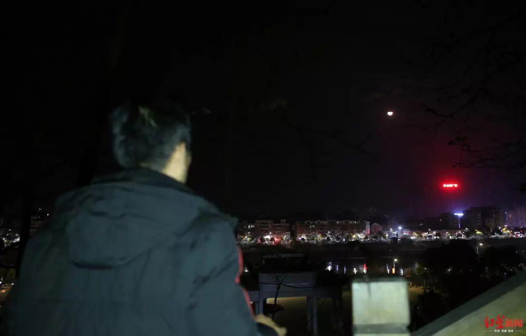 ▲ 2019年12月17日,在半山腰可以看到建阳区的夜景,章荣高停下来驻足望月。