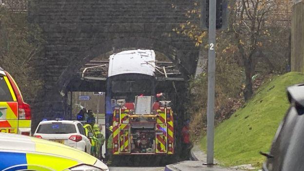 事故发生时大巴正在驶至桥洞 图源:BBC