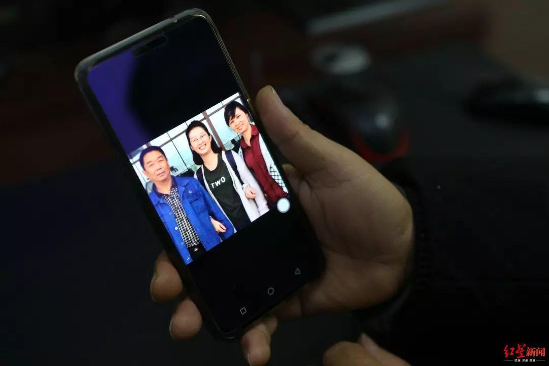▲ 章荣高手机上还保存着2017年拍摄的合影。