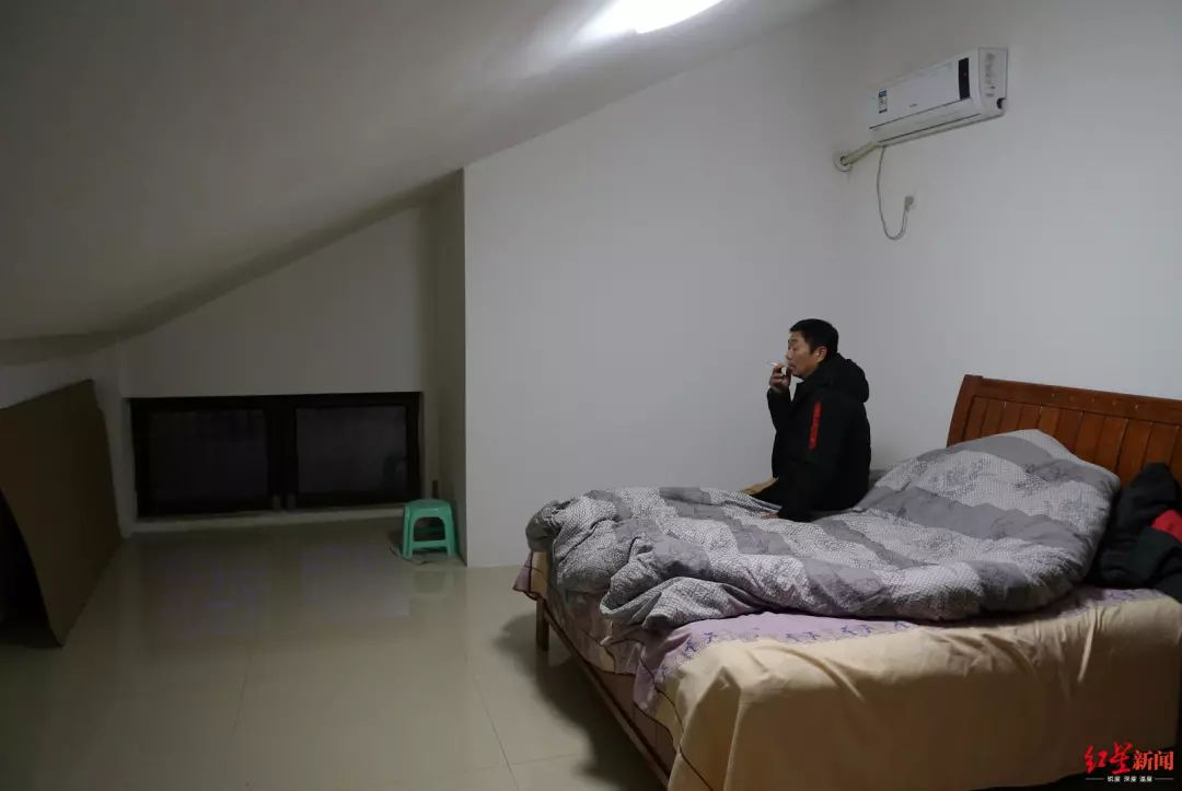 ▲ 2019年12月17日,章荣高在公司宿舍床上抽烟,他每天都失眠,出去爬山后回来在公司枯坐几个小时。