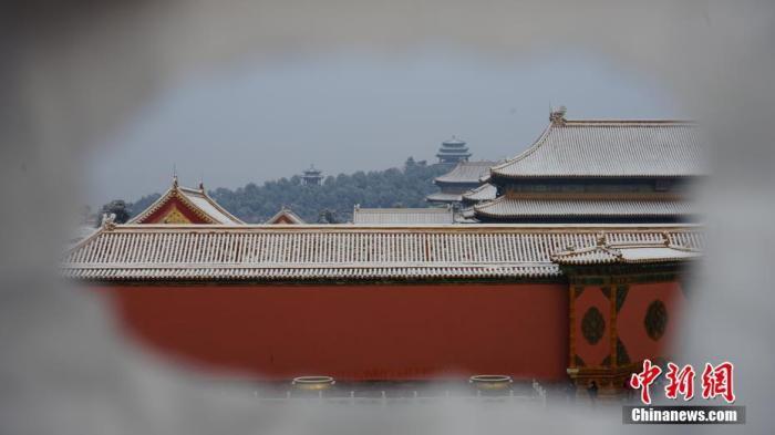 资料图片:2019年11月30日,北京一场初雪后,城市银装素裹,故宫博物院迎来今年第一批赏雪游客。乔丹 摄