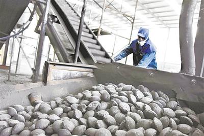 图④ 图为山东沂源县一家煤炭公司工人正在生产清洁煤。新华社发