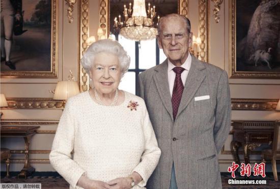 资料图:2017年11月18日,白金汉宫发布英女王伊丽莎白二世和菲利普亲王合照。伊丽莎白二世与菲利普亲王将于11月20日庆祝结婚70周年纪念。