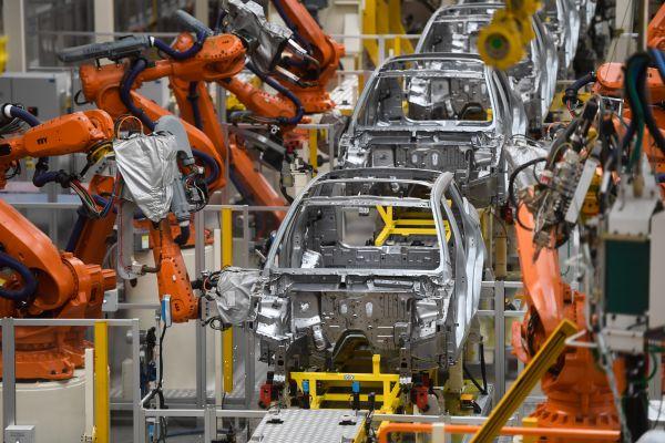 资料图片: 浙江宁波,吉利汽车春晓制造基地拍摄的自动化焊接线。(新华社)