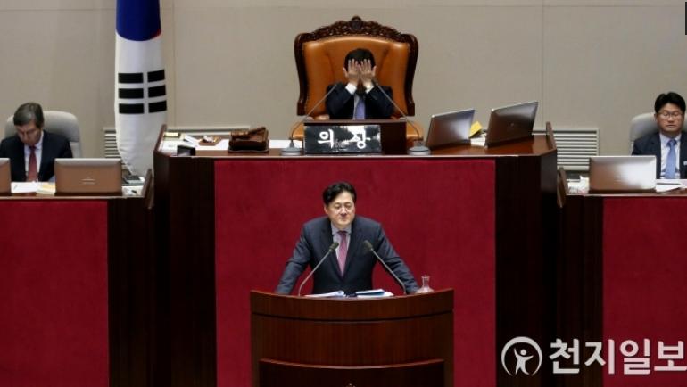 议员研究时,议长困得揉眼睛。(韩国《天地日报》)