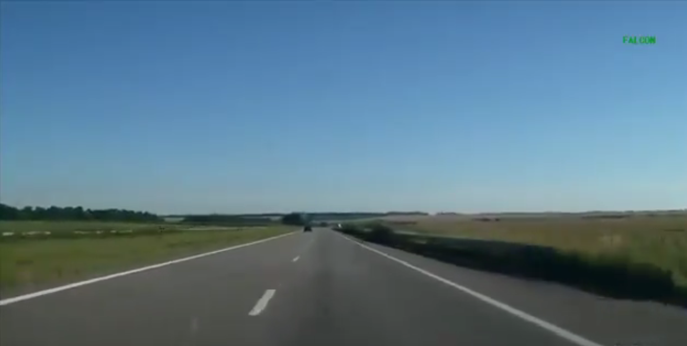 俄军武装直升机公路飙车,轿车时速显示近200仍无法追上