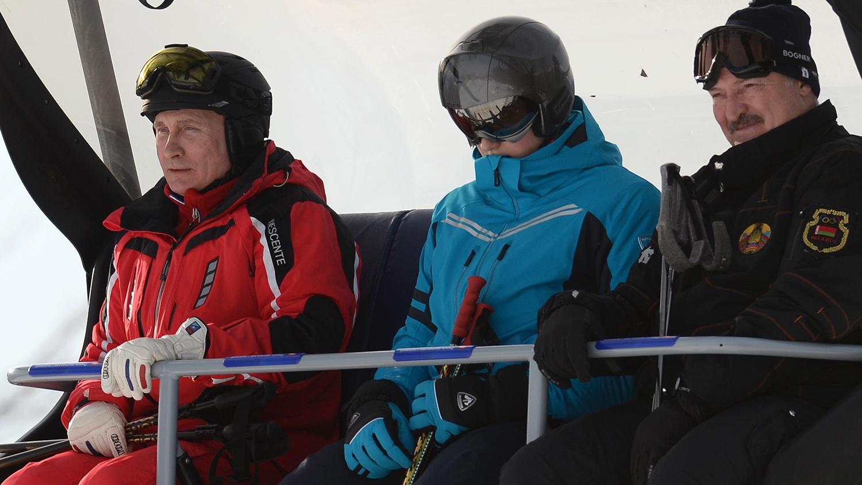 今年2月,卢卡申科携儿子与普京一起在索契滑雪(图源:俄新社)