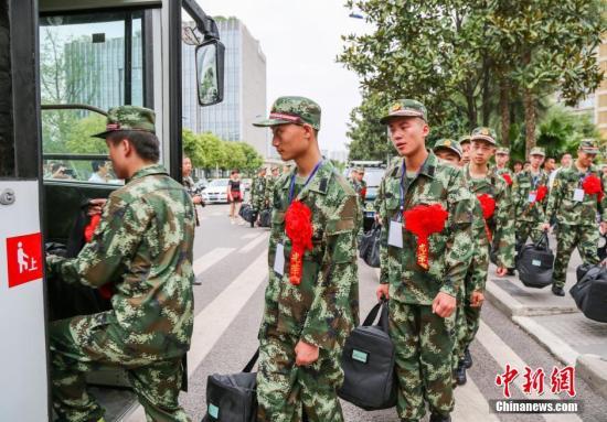 资料图:图为入伍新兵排队上车。 中新社发 赵永明 摄