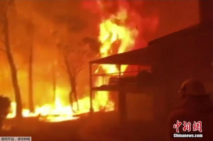 当地时间12月22日,澳大利亚新南威尔士州,一座房子被大火吞噬。