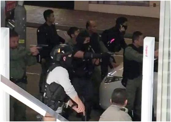 """香港男子闯入运钞车被反锁车内 警员""""瓮中捉鳖""""图片"""