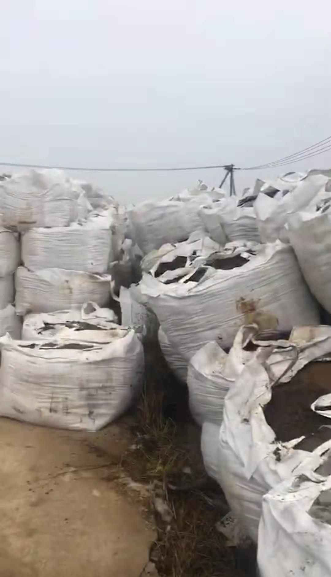 江苏灌云县一院内堆八百吨固废 官方回应(图)图片