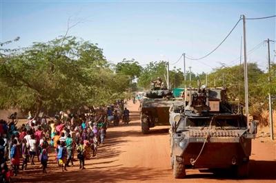 11月14日,法军士兵使用装甲运兵车在布基纳法索北部的村庄中巡逻