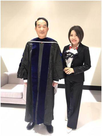 """宋楚瑜(左)在政见会***轮穿上博士毕业服。图源:台湾""""中时电子报"""""""