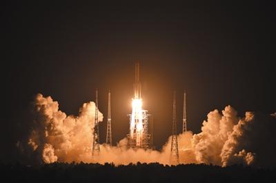 长征五号发射成功运送八吨卫星入轨图片