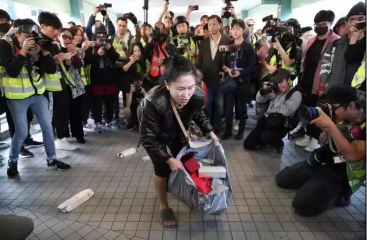 """香港暴徒追打""""内地客"""" 受害女子只好亮出身份证图片"""