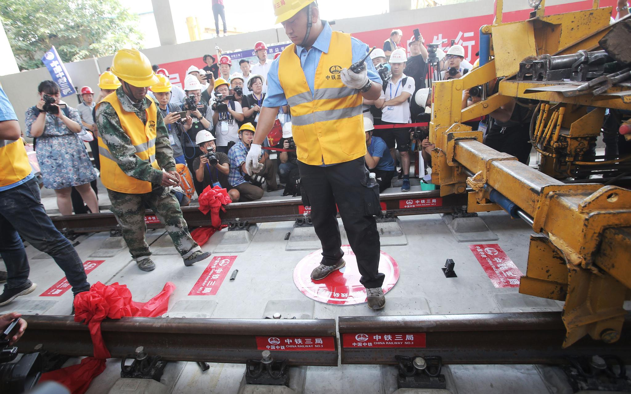 今年6月12日,京张高铁清华园隧道最后一组500米钢轨精准落位。摄影/新京报记者 王贵彬