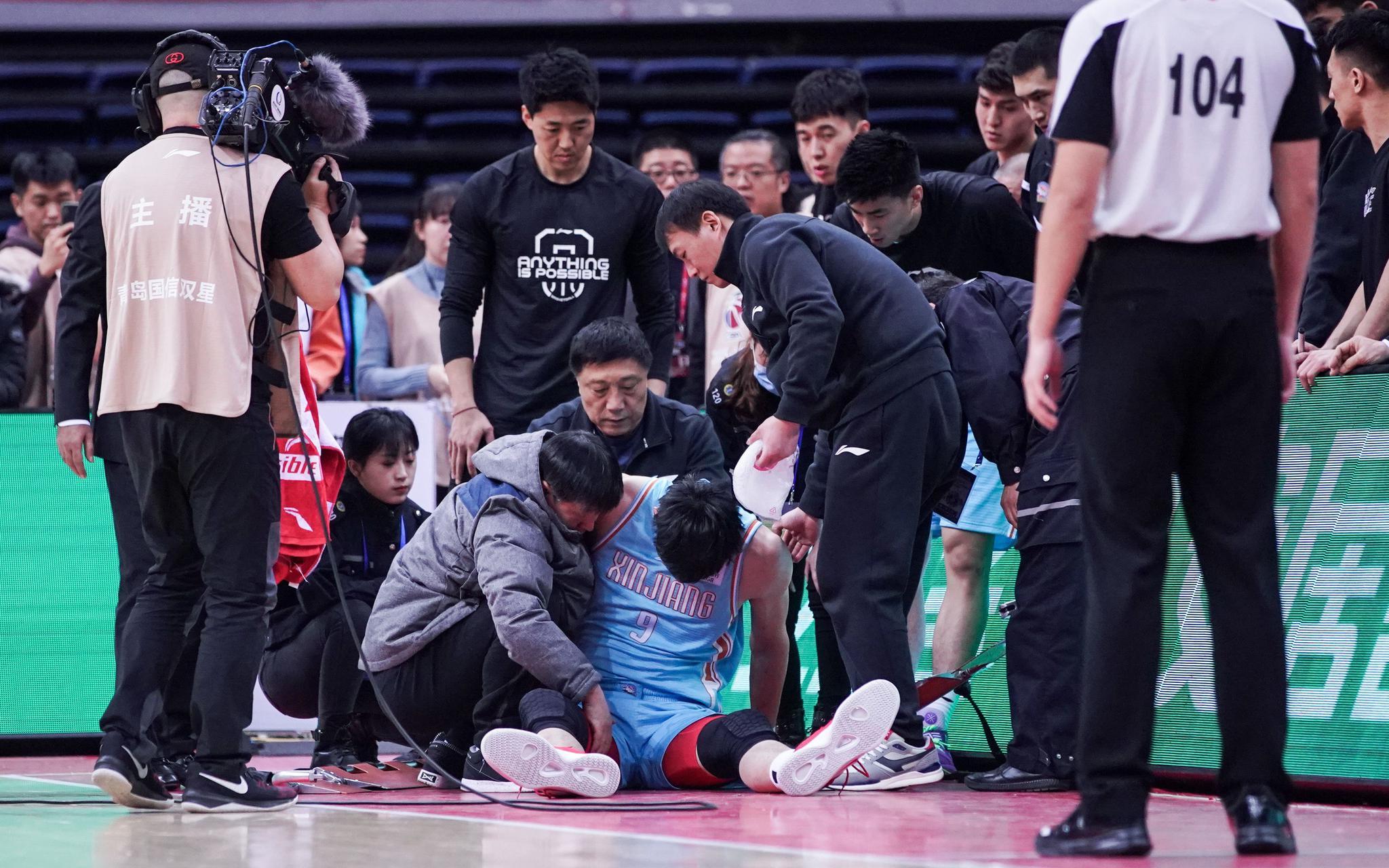 新疆男篮:周琦腰部新旧伤交替,未伤及骨头归期待定图片