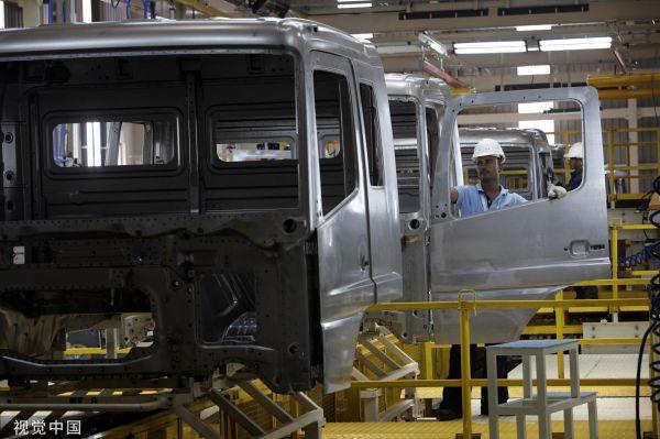 资料图片:印度一家汽车制造工厂里正在组装生产线上的工人。