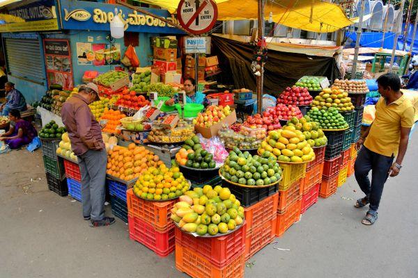 资料图片:印度班加罗尔路边的一个水果摊。(法新社)