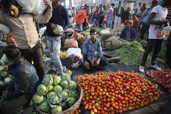 资料图片:印度勒克瑙,人们在市场购买蔬菜。(新华社/美联)