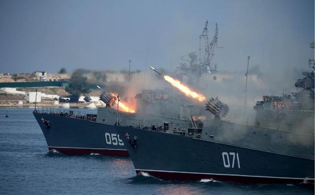 美国驱逐舰刚进入黑海,俄军就举行反舰演习,导弹掠海击中目标